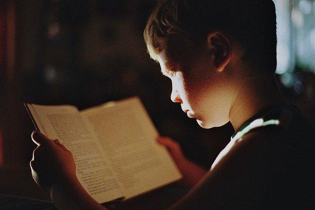 読書している少年