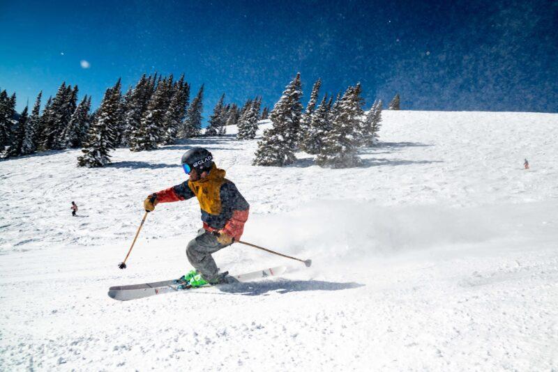 スキーをしている人