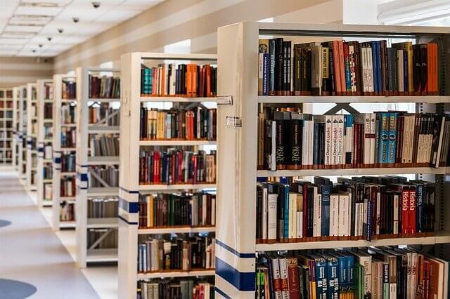 図書館にある大きな本棚