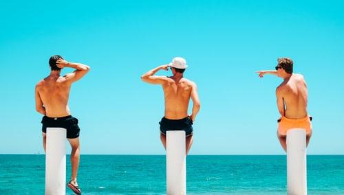 リゾートで遊んでいる3人の男性