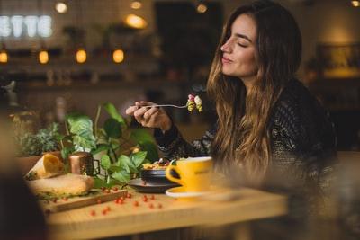 食事中の女性