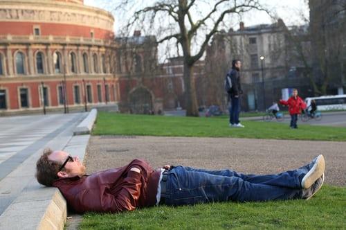 芝生の上で寝ている男性