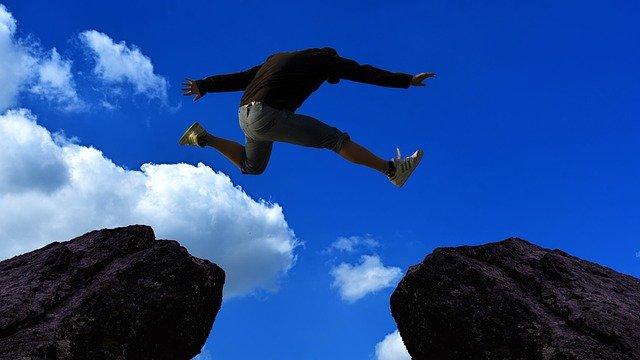 ジャンプしている男性