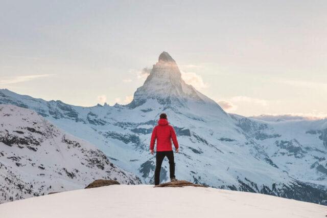 登山をしている男性