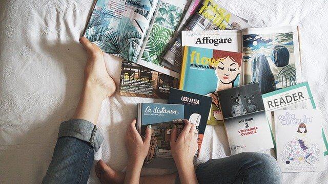 ベッド上の複数の本