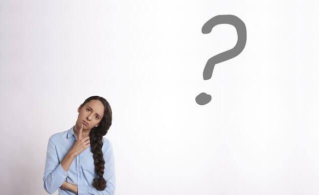 疑問を持っている女性