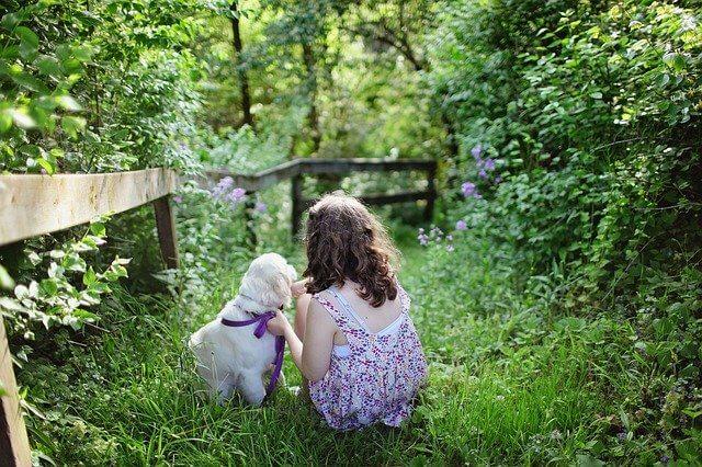 少女と小さい犬