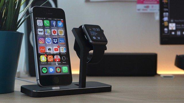 充電中のiPhoneとアップルウォッチ