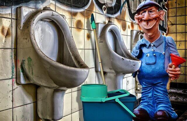 トイレ掃除をしているおじさん