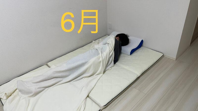 マットレスで寝ている男