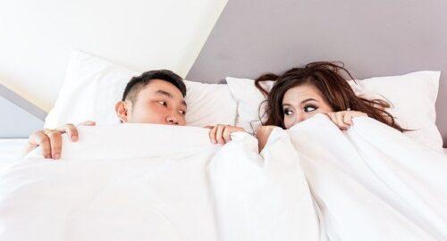 寝ているカップル