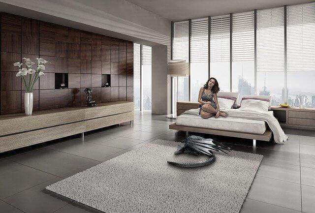 シンプルな部屋と女性