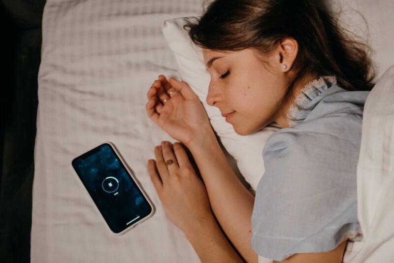 パジャマで寝る女性