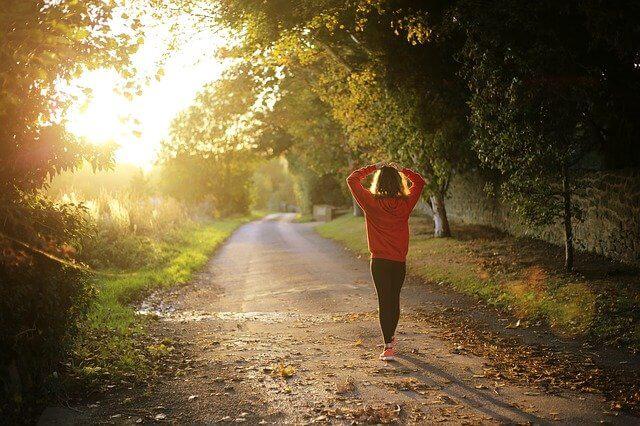 日光の下で朝散歩している女性