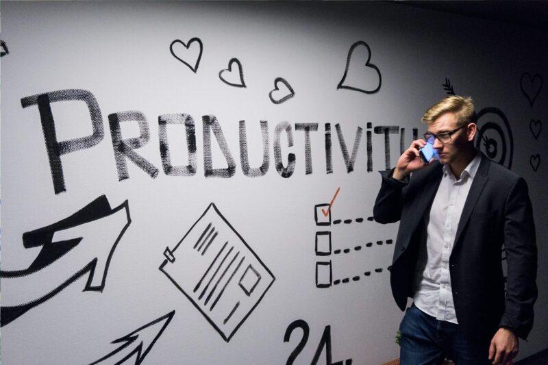 生産性と書かれた壁と男性