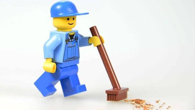 掃除をしているレゴブロック