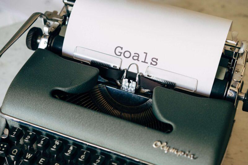 Goalsと書かれた紙と印刷機