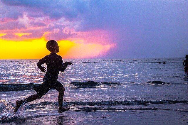 海辺を走る少年