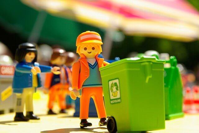 ゴミ箱を運んでいるフィギュア