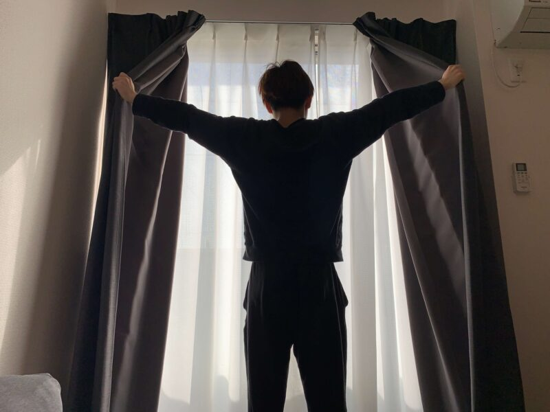 カーテンを開けている僕
