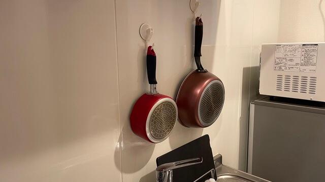 壁に掛けた鍋とフライパン