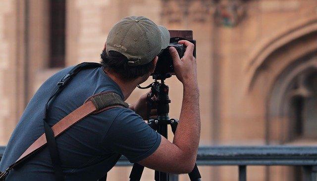 カメラに夢中の男性